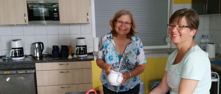 Aniko Lengyel (r.) mit unserer Kollegin Cordula Canisius-Yavuz in der Küche des Hauses der Religionen.