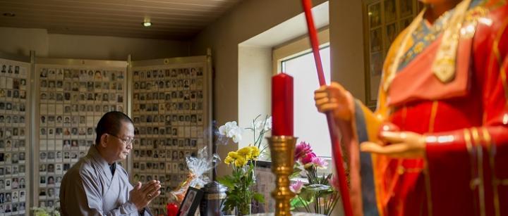 In der Gedenkhalle der Pagode dürfen Urnen 49 Tage lang bleiben, bis sie bestattet werden.